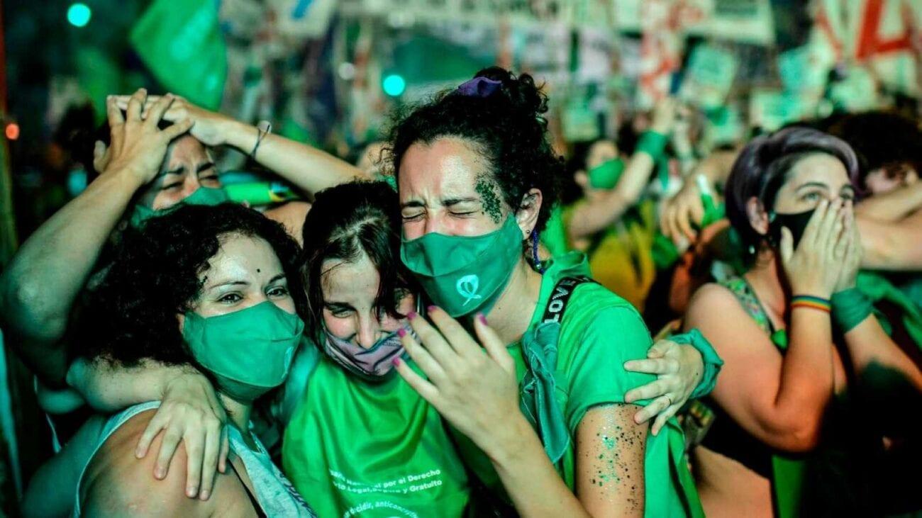 ¡Arriba el feminismo que va a vencer! Las mujeres logran el aborto legal en Argentina. Conoce todo acerca de este histórico cambio aquí.
