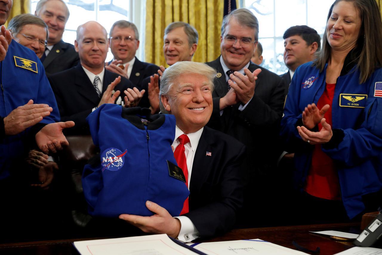 האם בני אדם ובמיוחד יהודים הם צאצים של חוצנים מכוכב מאדים ששרדו שואה גרענית על המאדים ומצאו מקלט על כדור הארץ ? Galacticfederation-02-trump