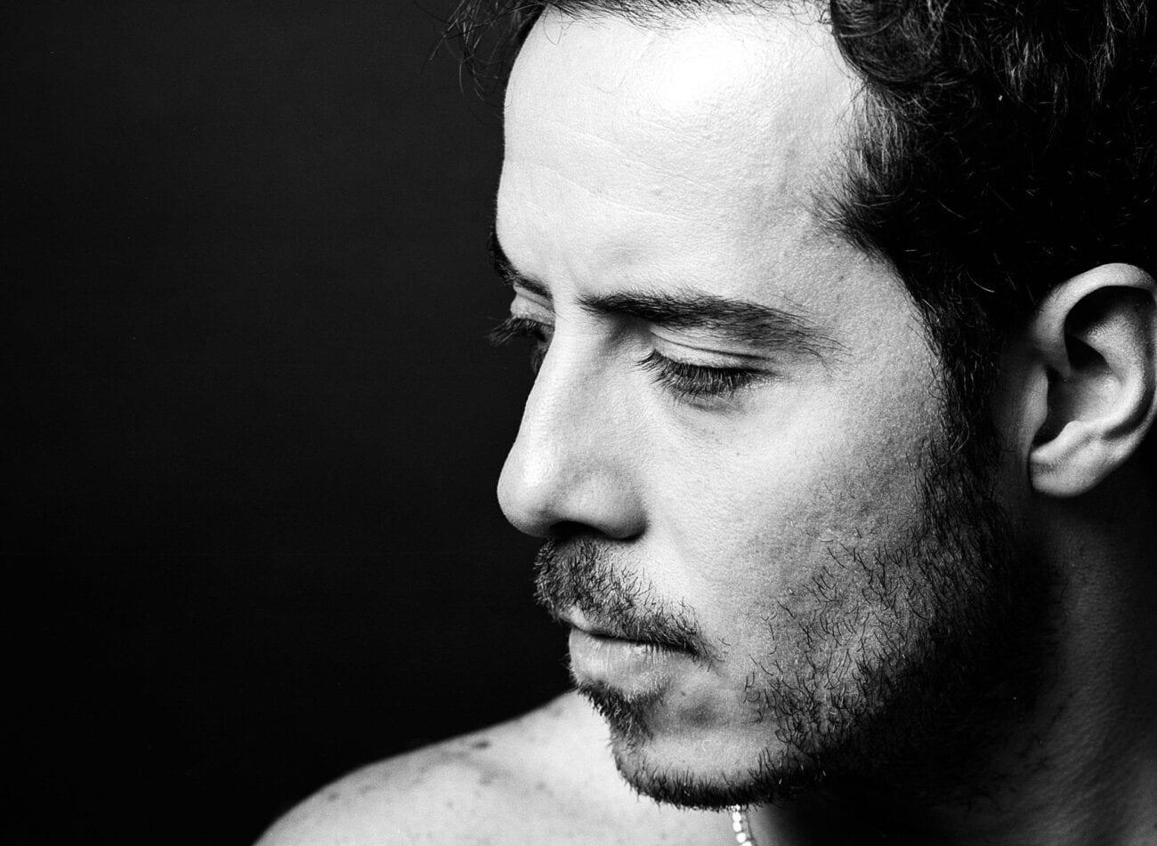 """El que no enseña, no vende: José Madero nos enseña lo más profundo de su alma con """"Mercedes"""". Entérate de qué va el polémico video del cantante."""