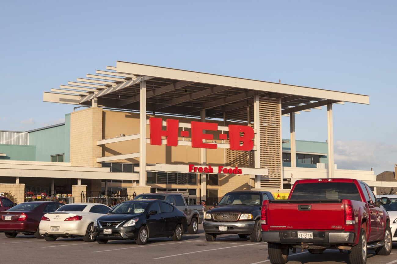 A Texas supermarket chain still requires face masks for shoppers. But will H-E-B enforce masks inside of its grocery stores? One group is making sure of it!