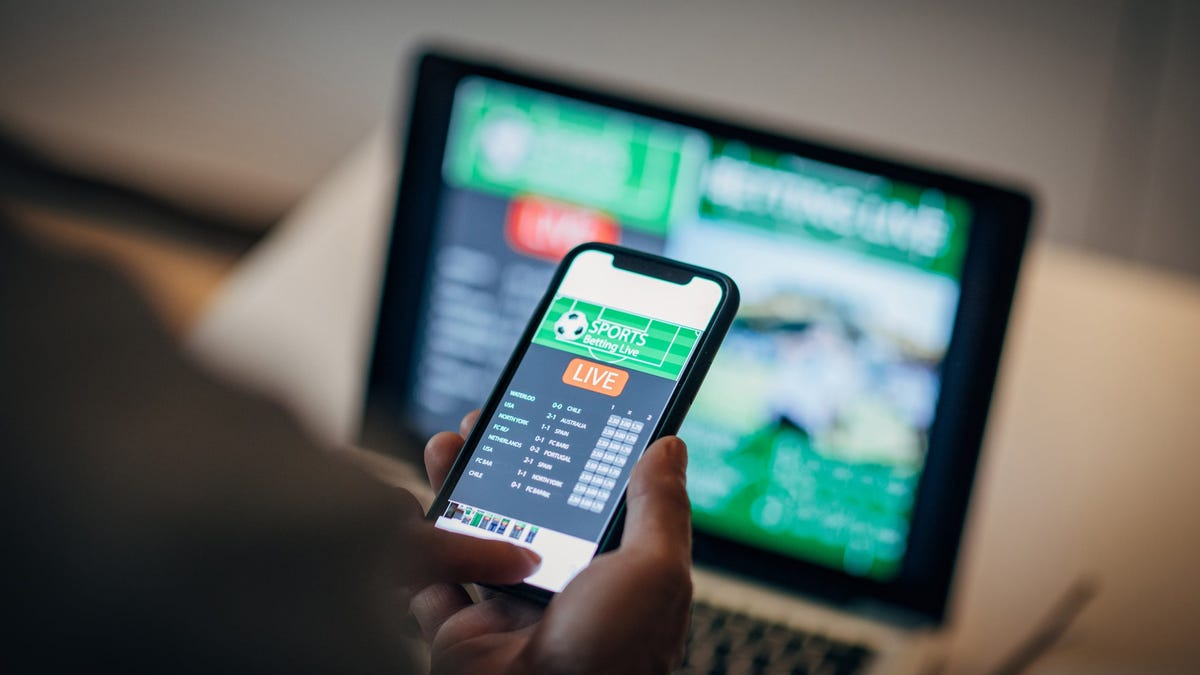 Dutching the score is a popular tactic among sports gamblers. Find out how to go about dutching the score with these tips.