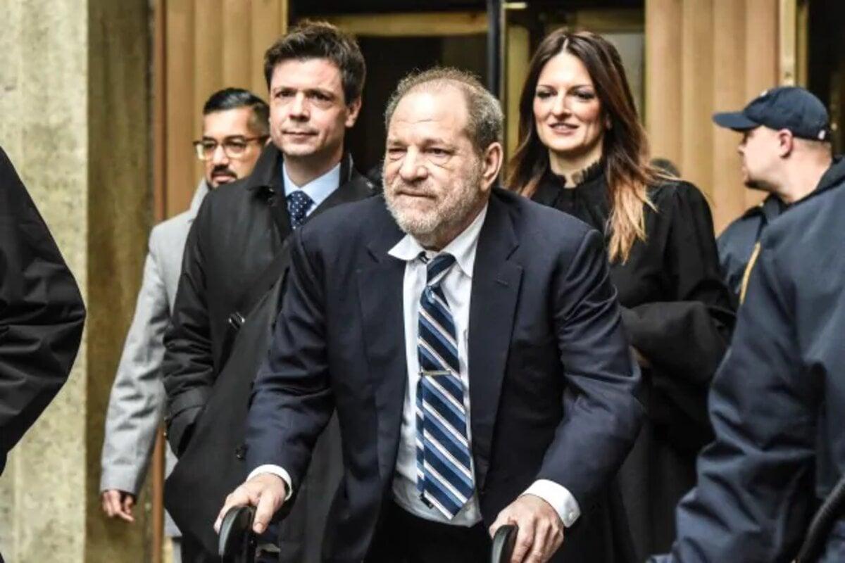 Harvey Weinstein est extradé vers l'État de Californie pour faire face à un nouveau procès concernant des accusations d'agression sexuelle. L'ancien producteur hollywoodien a jusqu'à présent eu plus de quatre-vingts femmes au total qui se sont manifestées dans le cadre du mouvement #MeToo pour l'accuser d'une forme de harcèlement sexuel ou d'inconduite. Vous voulez savoir de quoi Harvey Weinstein est coupable maintenant et à quoi il fait face ? Voyons les détails ici.