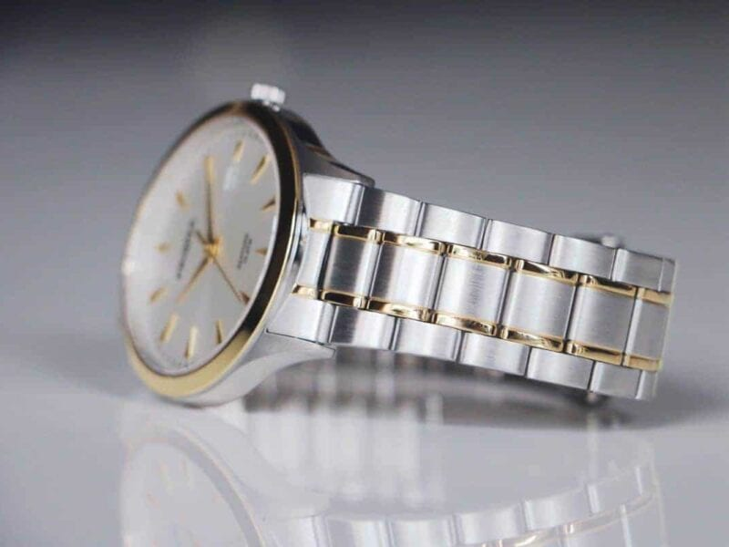 Silver watches are a wonderfully stylish accessory. Here are some tips on how to find the right silver watches for your wardrobe.