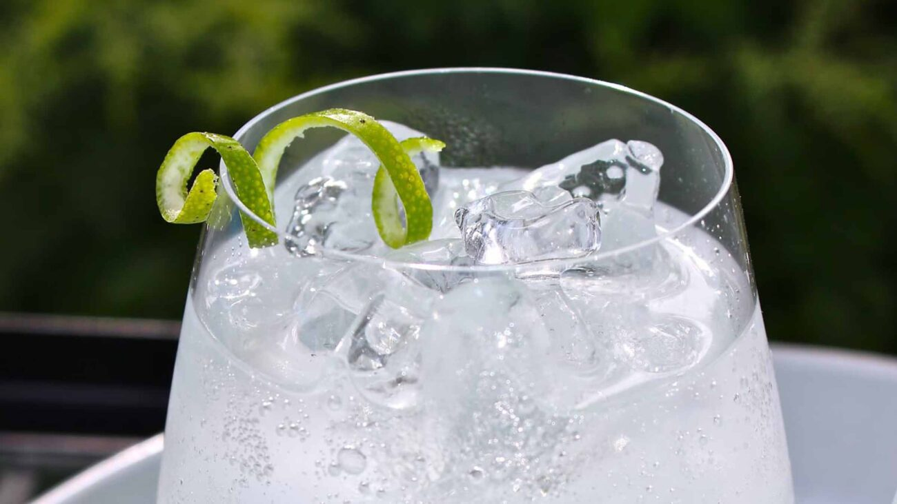What is the difference between tonic water and carbonated water? Learn the facts about tonic and how it can improve your health with this article!