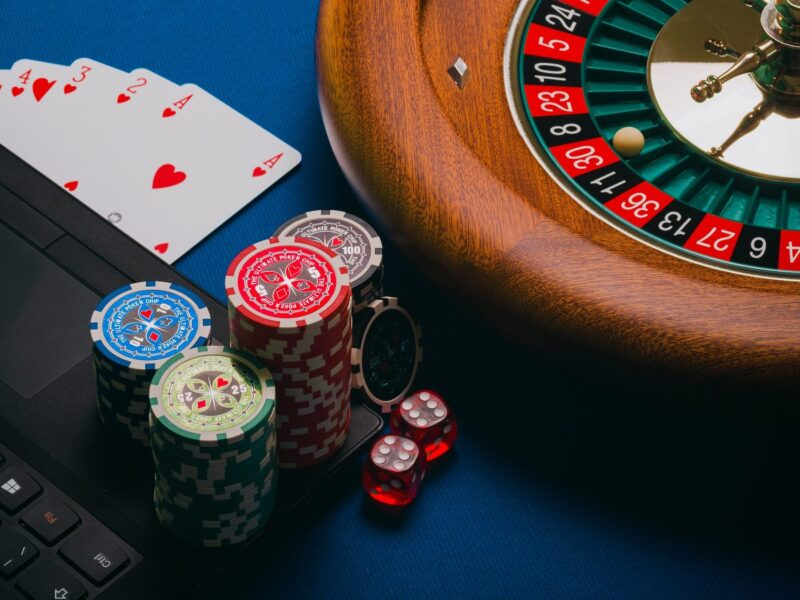 Whether you place small bets or large bets, online gambling doesn't matter, because casinos use random number generator services. Here's why.