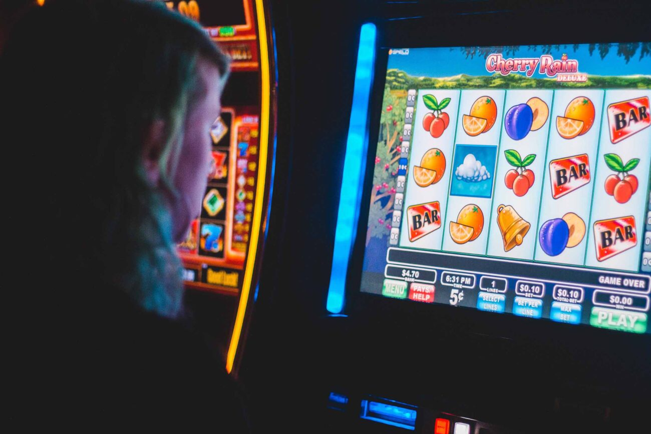 Are you looking to win big? Dive into the world of online slots and learn the tips and tricks that can help improve your chances of winning!